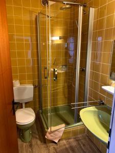 A bathroom at Gästehaus Fries