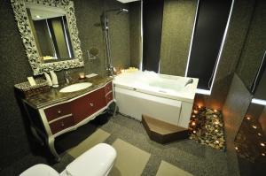 A bathroom at The Sterling Boutique Hotel Melaka