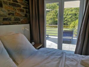 Een bed of bedden in een kamer bij La Semois Et Moi