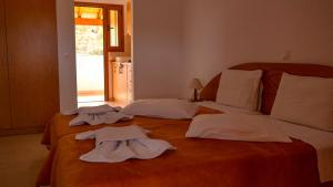 A bed or beds in a room at Tria Adelphia