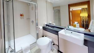 A bathroom at College Court Hotel