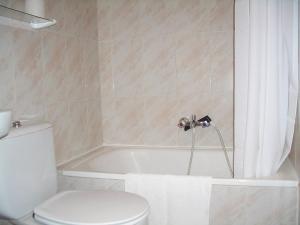 A bathroom at Hostal Alfonso VI