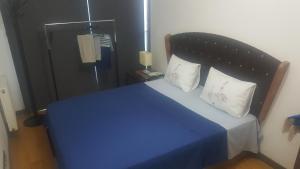 A bed or beds in a room at شقة سوبر ديلوكس في مجمع سكني فاخر