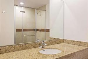 A bathroom at Wyndham Garden Cancun Downtown