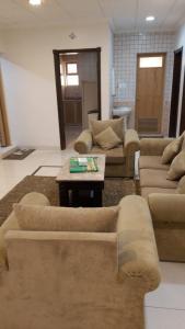 Uma área de estar em Al NayfahFurnished units