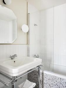 A bathroom at Hôtel Léopold