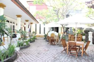 A restaurant or other place to eat at Warung Coco Hostel