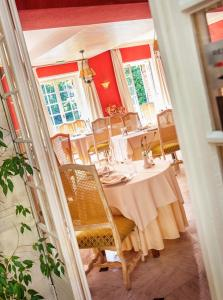 A restaurant or other place to eat at L'Ile de Sees