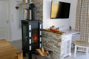 A television and/or entertainment center at Ana's Landhaus auch für Monteure
