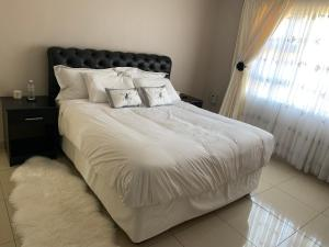 A bed or beds in a room at Promised Land Guest Cottage