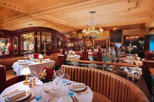 A restaurant or other place to eat at Rubens At The Palace