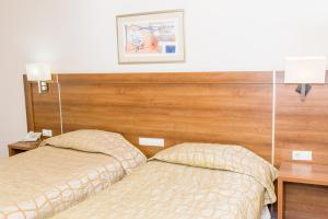 A bed or beds in a room at Hotel Burgas