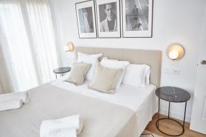 A bed or beds in a room at Apartamentos La Bola Suite
