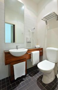 A bathroom at Metro Apartments On Bank Place