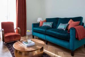 A seating area at Grand & gorgeous, 5BR Family Home in Leafy SW London