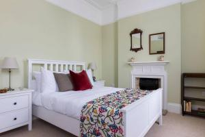 A bed or beds in a room at Grand & gorgeous, 5BR Family Home in Leafy SW London