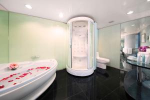 A bathroom at Regal Airport Hotel