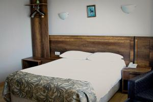 A bed or beds in a room at Hotel Yeni
