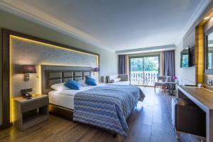 سرير أو أسرّة في غرفة في فندق سمارا بودروم شامل كليًا