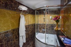 A bathroom at Golden Lake Hotel