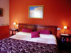 A bed or beds in a room at Hotel Rural Aguilar Cudillero
