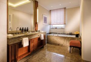 A bathroom at Hotel Nassauer Hof