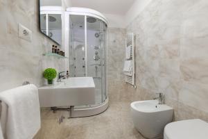 A bathroom at Hotel Bretagna Heritage - Alfieri Collezione