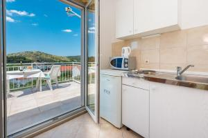A kitchen or kitchenette at Apartments Mat - free parking