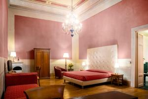 A bed or beds in a room at Hotel Bretagna Heritage - Alfieri Collezione