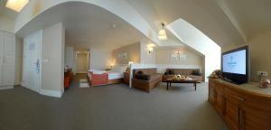 A seating area at Dedeman Palandoken Ski Lodge Hotel