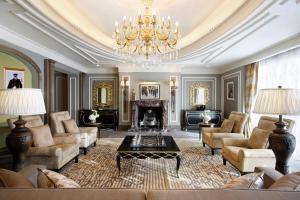A seating area at Habtoor Palace Dubai, LXR Hotels & Resorts