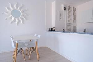 Jacaranda Apartments tesisinde mutfak veya mini mutfak