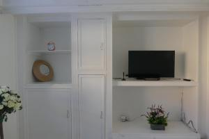 A television and/or entertainment center at Entire 2 bed maisonette just off Penge High Street Great Transport Links to Central London, Bromley, Croydon and Lewisham