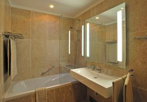 A bathroom at Pestana Viking Beach & SPA Resort