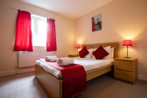A bed or beds in a room at Flexi-Lets@Old Rectory Court, Frimley