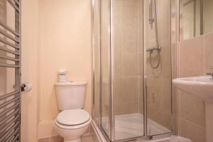 A bathroom at Flexi-Lets@Old Rectory Court, Frimley
