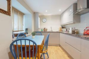 A kitchen or kitchenette at The House on the Hill