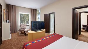 Телевизор и/или развлекательный центр в Park Inn by Radisson Одинцово
