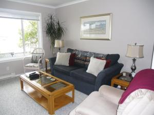 A seating area at Hammond Bay Oceanside Guesthouse