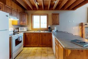 A kitchen or kitchenette at Arolla Chalet D