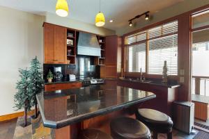 A kitchen or kitchenette at Blacksmith Lodge 7