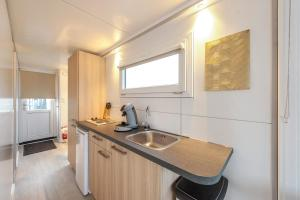 A kitchen or kitchenette at Tiny floating house, Mallorca