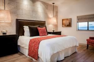 A bed or beds in a room at Hotel Wailea, Relais & Châteaux - Adults Only