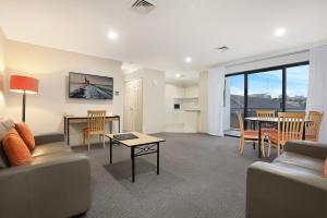 A seating area at Wollongong Serviced Apartments