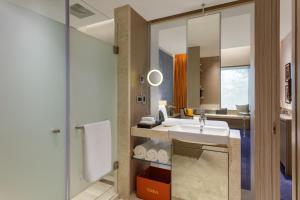 A bathroom at Welcomhotel by ITC Hotels, Raja Sansi, Amritsar