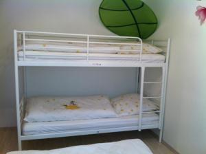 Ein Etagenbett oder Etagenbetten in einem Zimmer der Unterkunft A Little Home