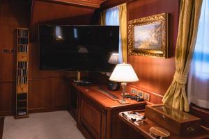 Télévision ou salle de divertissement dans l'établissement Seagull II Luxury Historic Static Charter