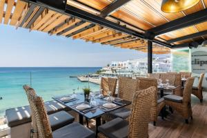 A restaurant or other place to eat at Mykonos Kosmoplaz Beach Resort Hotel
