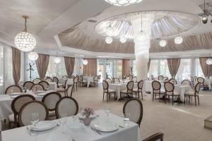 A restaurant or other place to eat at Jardin Park Hotel