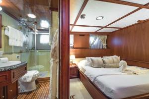 Salle de bains dans l'établissement Seagull II Luxury Historic Static Charter